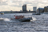 Fogo barco salva-vidas correndo para uma emergência no rio tâmisa — Fotografia Stock