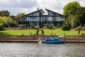 Magnificent house on the riverside between Hampton Court and Ric — Foto de Stock