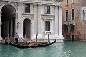 Gondolero en venecia — Foto de Stock