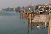 View of Lake Garda and the coastline at Sirmione — Stockfoto