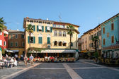 People relaxing in a square at Sirmione Lake Garda Italy — Foto de Stock