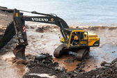 Mechanical digger clearing the river outlet to the sea — Stock Photo