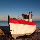 Fishing boat on Dungeness beach — Stock Photo