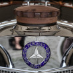 Vintage Mercedes radiator cap and badge — Stock Photo