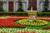 Floral display outside Pienza Cathedral — Stock Photo