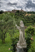 Statue in the grounds of Sant Antimo Abbey — Stockfoto