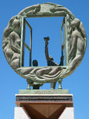 Boys and Window sculpture by Eduardo Soriano in Marbella — Foto Stock