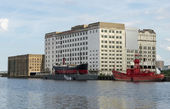 SS Robin and Trinity lightship next to the Millennium Mills in S — Stock Photo