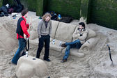 Chilling in a sand lounge by the River Thames — Stock Photo
