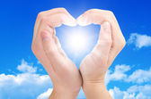 Two hands form a heart shape — Stockfoto