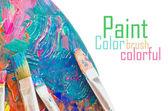 Akrylové barvy a štětce na dřevěné paletě — Stock fotografie