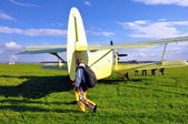 Biplano e paracadute — Foto Stock