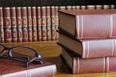 Libros sobre la mesa y gafas — Foto de Stock