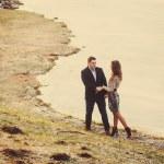 Young couple walk along the shore — Stock Photo