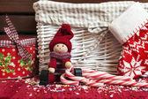 Vánoční dekorativní dřevěná panenka s dárkové krabice a vánoční ponožka. — Stock fotografie