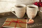 Tarjeta de felicitación de San Valentín con dos tazas en la bandeja de madera — Foto de Stock