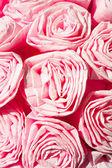 Růžové růže z krepového papíru. dekorativní květiny. closeup. — Stock fotografie