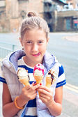 Trandy cheeerful young cute girl with many ice-cream. Outdoors — Stock Photo