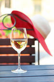 Glass of delicious white wine in summer restaurant. Outdoors. — Foto de Stock