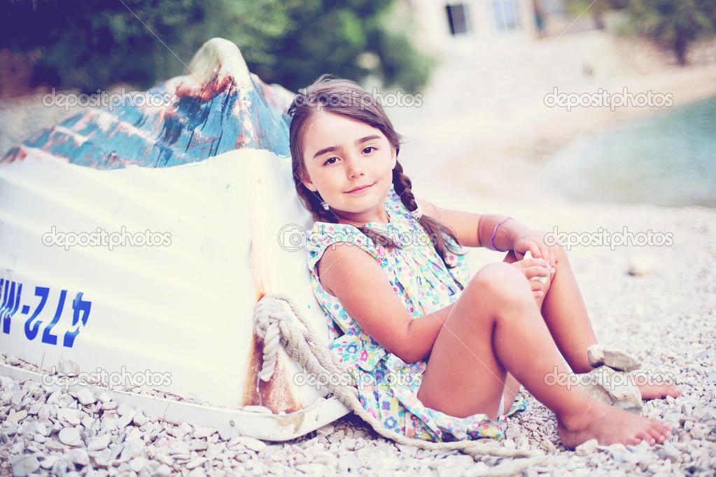 Фото девушка возле лодки