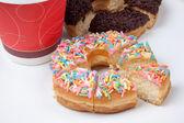 Bunt und schoko-donut mit kaffee — Stockfoto