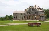 Dom na wsi i kombi — Zdjęcie stockowe