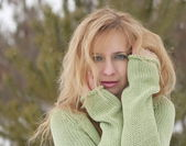 Outdoor fashion portrait of pretty young woman in winter — Stock Photo
