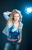 Mode studio portrait von schönen jungen frau. — Stockfoto