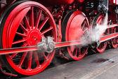 Red wheels of an antique steam locomotive — Zdjęcie stockowe