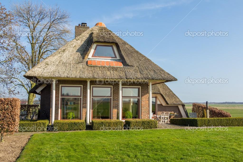 Accogliente cottage con tetto in paglia foto stock for Piani di costruzione di cottage gratuiti