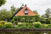 Piękny tradycyjny dom z dachem krytym strzechą w mieście blokzijl hol — Zdjęcie stockowe