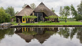 Beautiful traditional house with a thatched roof in Blokzijl Hol — Stock Photo