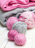 Balls of pink and gray yarn — Stockfoto