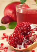 Ripe pomegranate and pomegranate juice — Stock Photo