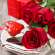 Red roses, gift box — Stock Photo