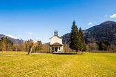 Kyrkan i ängarna i Alperna — Stockfoto