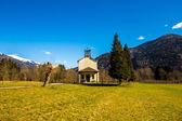 Igreja nos prados dos alpes — Foto Stock