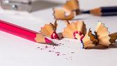 Afilar un lápiz rojo — Foto de Stock
