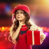 快乐儿童女孩与礼品盒 — 图库照片