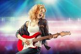Schöne Frau, die Gitarre zu spielen — Stockfoto