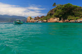 Boat near beach Aventueiro of island Ilha Grande, Brazil — Stockfoto