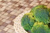 Tablo üzerinde beyaz tabak taze brokoli — Stok fotoğraf