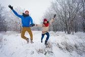 Adam ve kız yürümek ve ormanda iyi eğlenceler — Stok fotoğraf