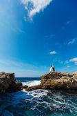 Bruid en bruidegom in de buurt van de Oceaan — Stockfoto