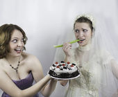 Bride trying to diet is tempted by bridesmaid — Stock Photo