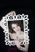 Piękna kobieta wychodzi z klatki — Zdjęcie stockowe