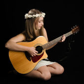 Attractive Young Woman With Acoustic Guitar — Stockfoto