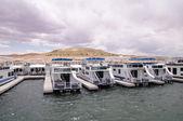 码头的船屋在鲍威尔湖 — 图库照片