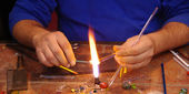 Traditional Artisan Glass Maker of Barcelona producing glass — Foto de Stock