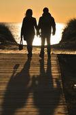 Coppia cammina nella spiaggia — Foto Stock